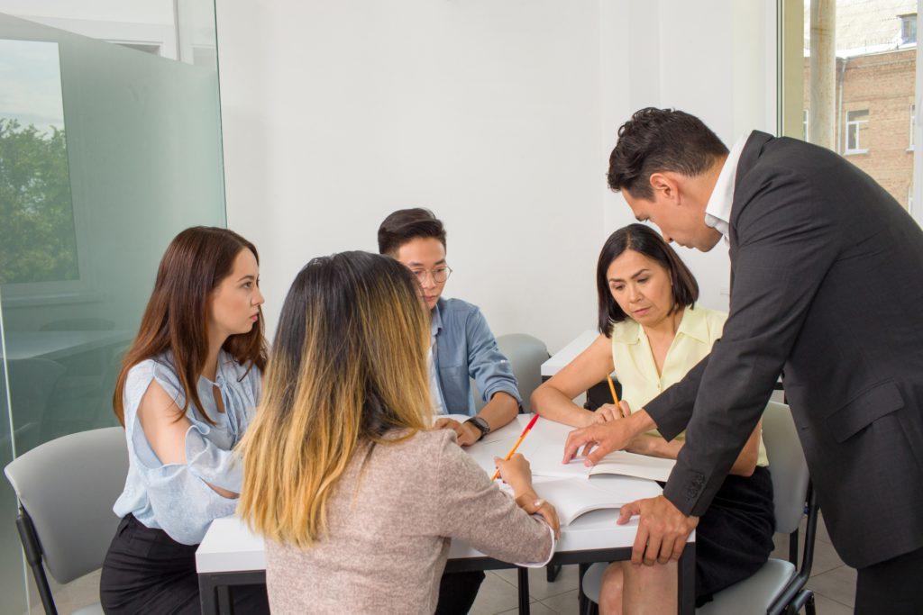 英語を勉強するグループ